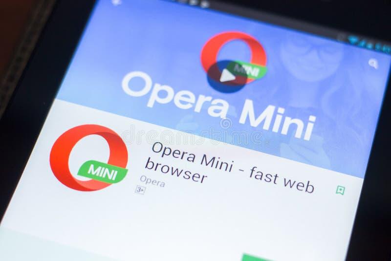 Ryazan Ryssland - April 19, 2018 - Opera Mini - snabb rengöringsdukwebbläsaremobil app på skärmen av minnestavlaPC:N fotografering för bildbyråer