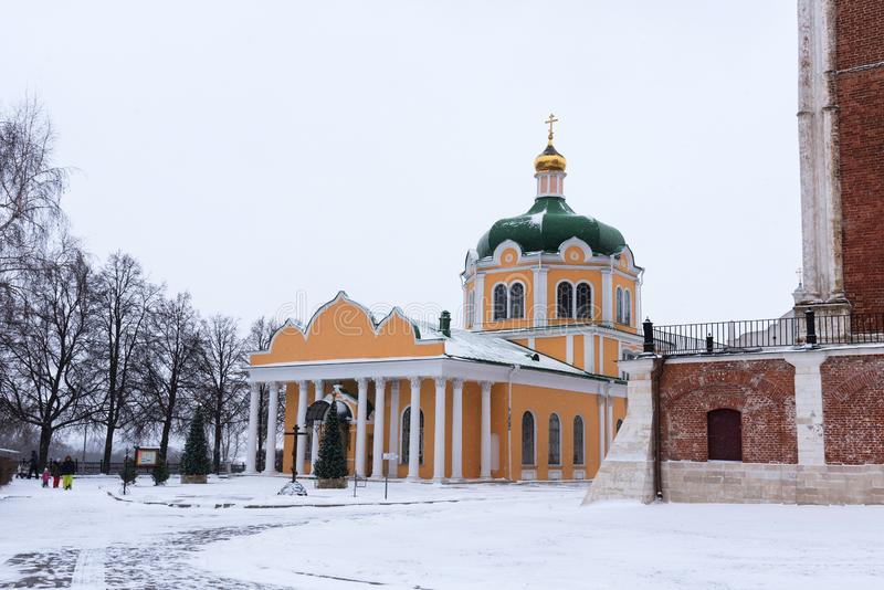 Ryazan Ryssland - Januari 20, 2018: Övervintra sikten av Kristi födelsedomkyrkan i den Ryazan Kreml, Ryazan, Ryssland royaltyfria foton