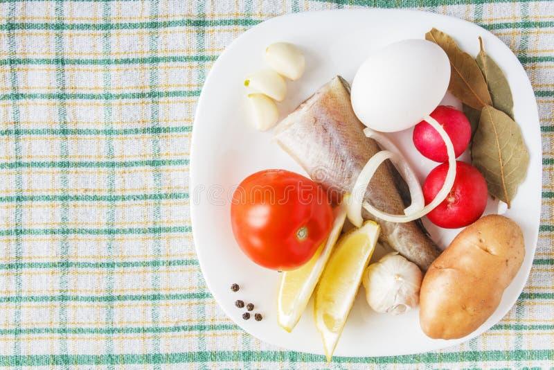 Ryba i świezi organicznie warzywa na tablecloth Uncooked żywność dla naczynia kucharstwa naturalny pojęcia jedzenie kosmos kopii zdjęcia royalty free
