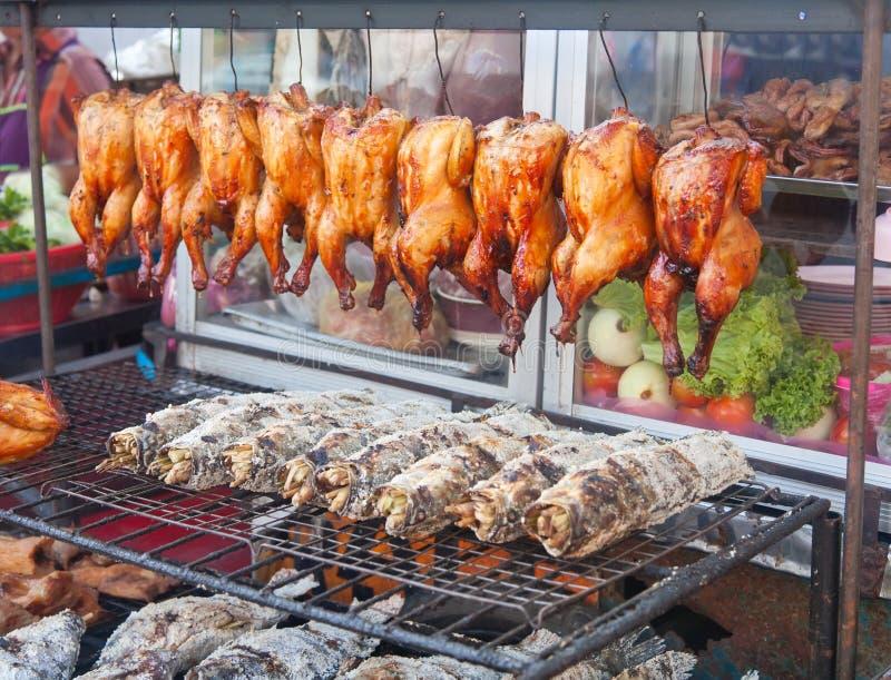 ryba piec na grillu karmazynek rynku rzędu ulica obraz royalty free