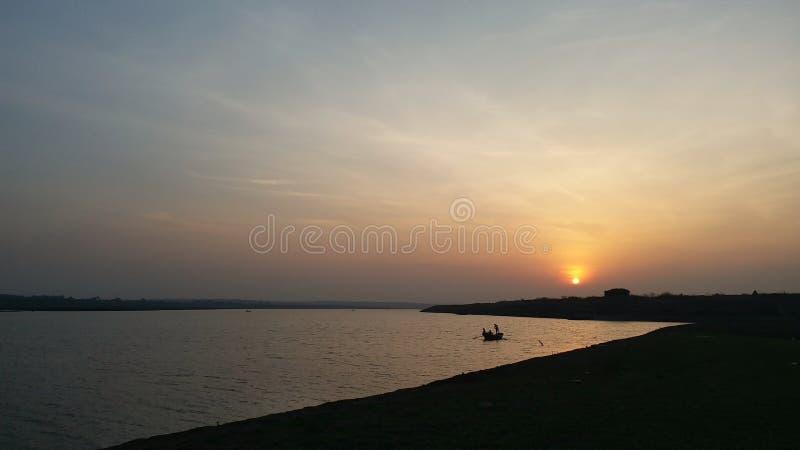 Rybacy łowi w rzecznym wczesnym poranku przy wschód słońca zdjęcie stock