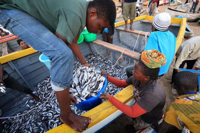 Rybacy i rynek kobiety handluje ryba obrazy royalty free