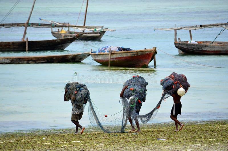 Rybacy idą target538_0_, Zanzibar fotografia stock
