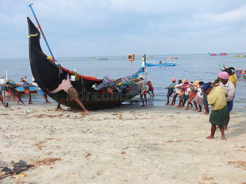Rybacy, Marari Plaża, Kerala India fotografia stock