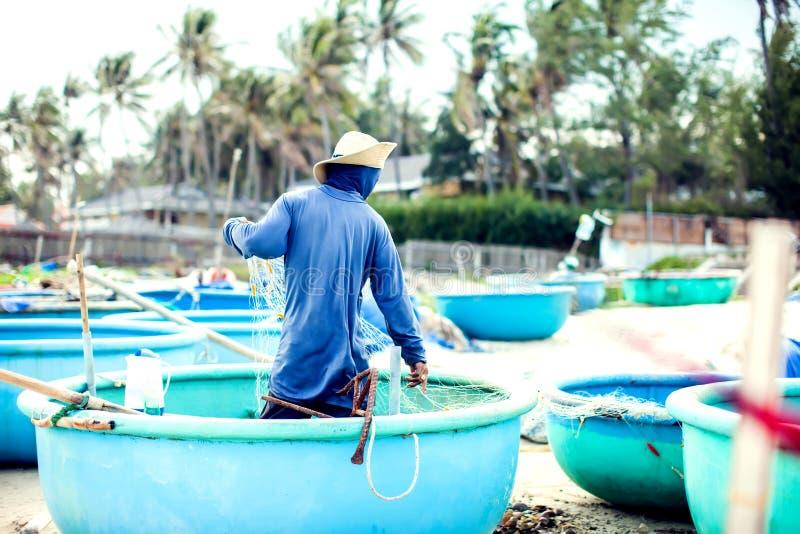 Rybacy na ich łodziach po nocy wycieczki połów fisher m obrazy stock