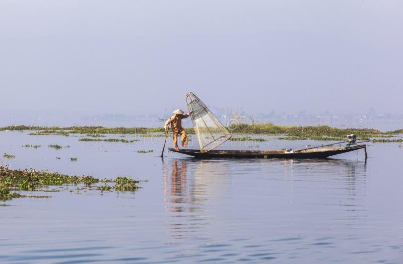 Rybacy na Inle jeziorze w Myanmar obraz stock