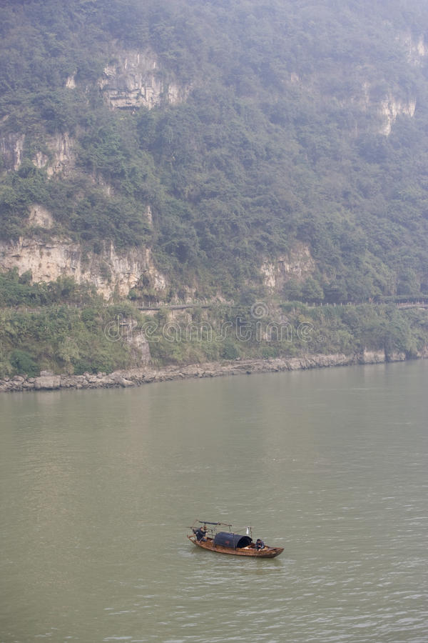 Rybacy na jangcy wśród ciężkiego powietrza i skażeniu wody w Chiny zdjęcie royalty free