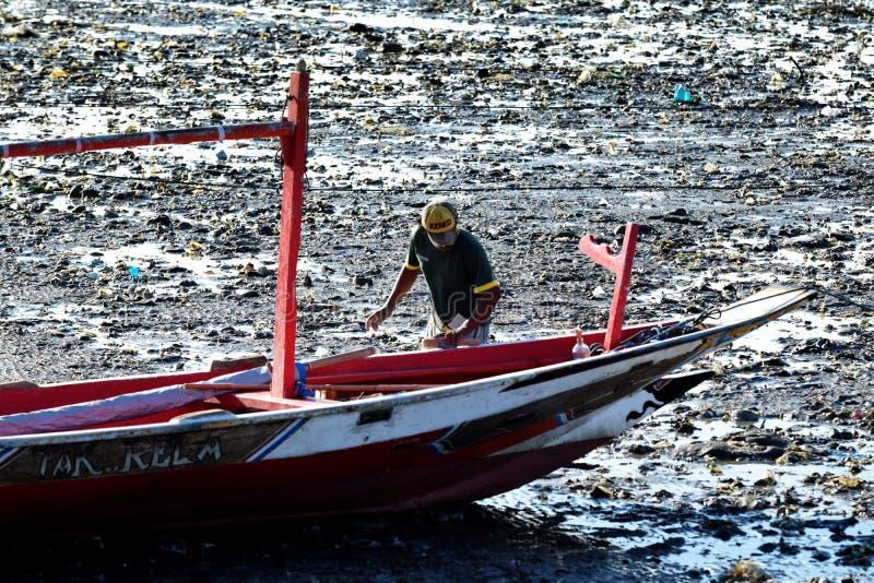 Download Rybacy naprawiali łódź zdjęcie editorial. Obraz złożonej z szeroki - 57659986