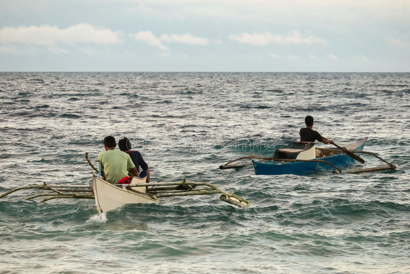 Rybacy Paddling Przez Szorstkiego morza - Bohol, Filipiny obraz stock