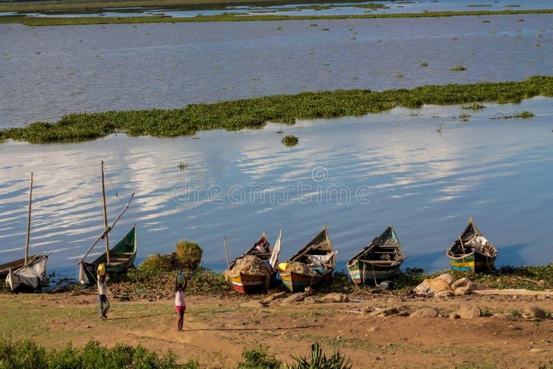 Rybacy przy jezioro wiktorii brzeg z sieciami, Afryka zdjęcia royalty free