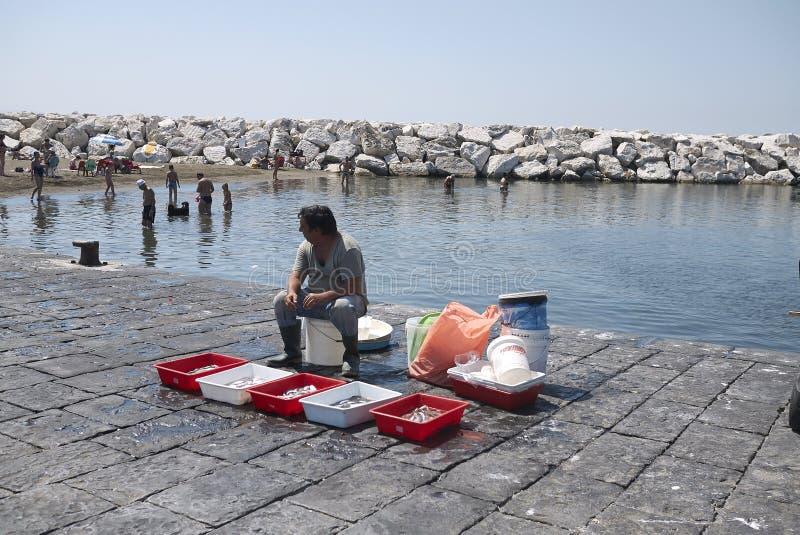 Rybacy przy Mergellina plażą zdjęcie stock