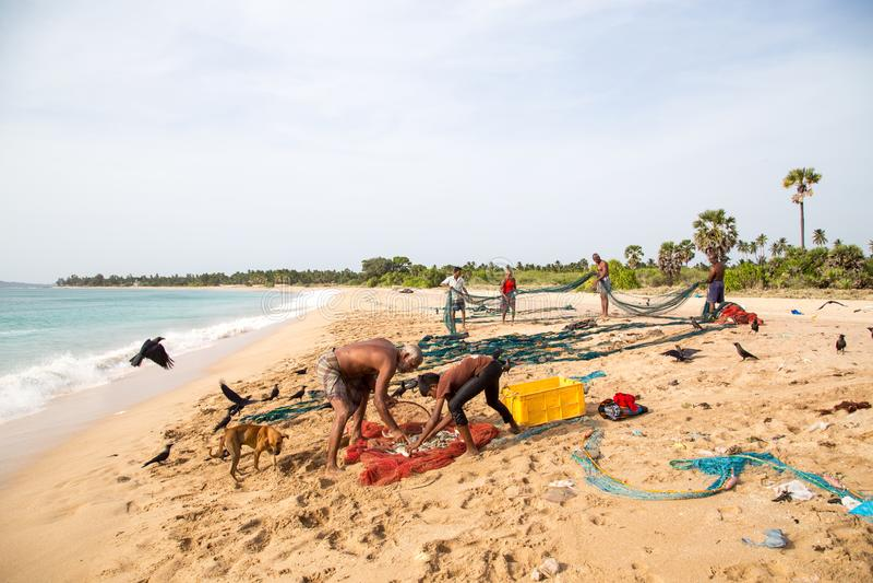 Rybacy przy Nilaveli plażą w Trincomalee, Sri Lanka obrazy royalty free