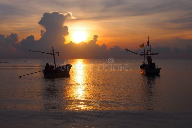 Rybacy przygotowywa łódź wychodzić ryba zdjęcie stock