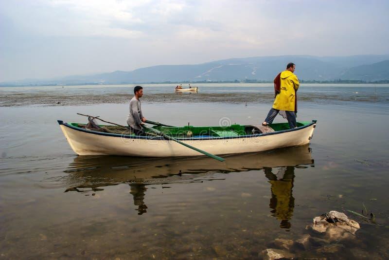 Rybacy rzucają sieć rybacką jezioro obrazy stock