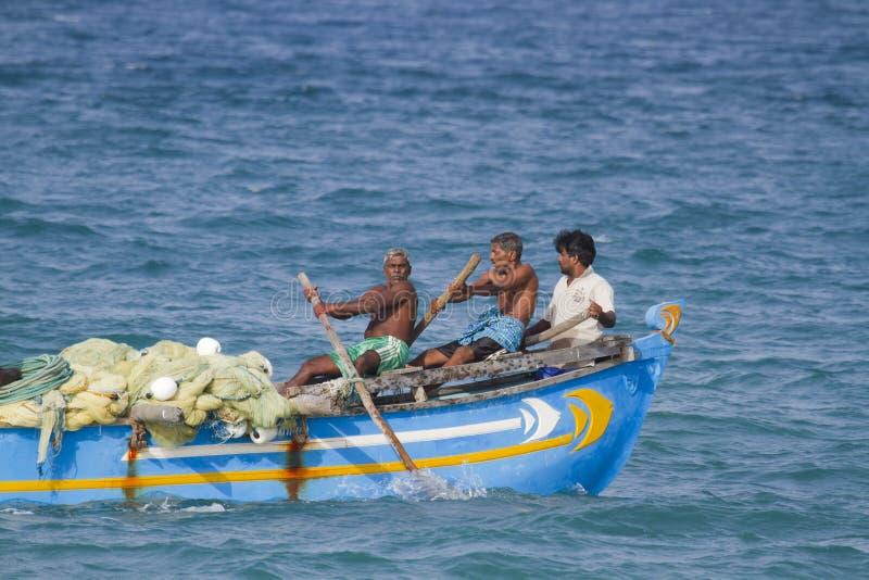 Rybacy Sri Lanka w tradycyjnej łodzi przy Batticaloa, fotografia royalty free