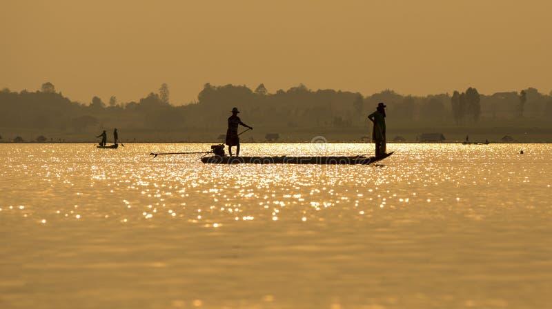 Rybacy w łódkowatym wschodzie słońca zdjęcie stock