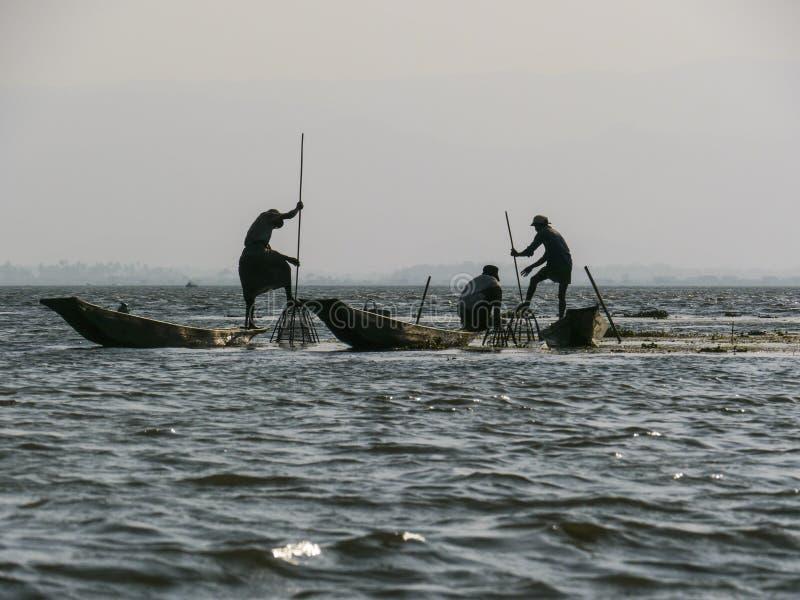 Rybacy w Inle jeziorze obraz stock