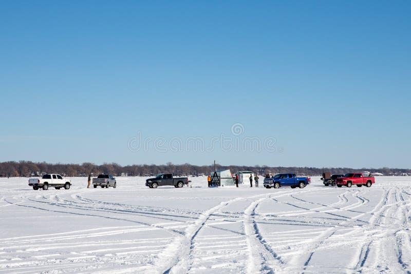 Rybacy Zbiera na Zamarzniętym jeziorze zdjęcia royalty free