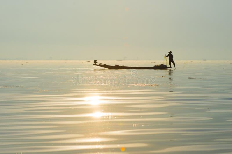 Rybaków chwyty łowią dla jedzenia w wschodzie słońca w Inle jeziorze obraz stock