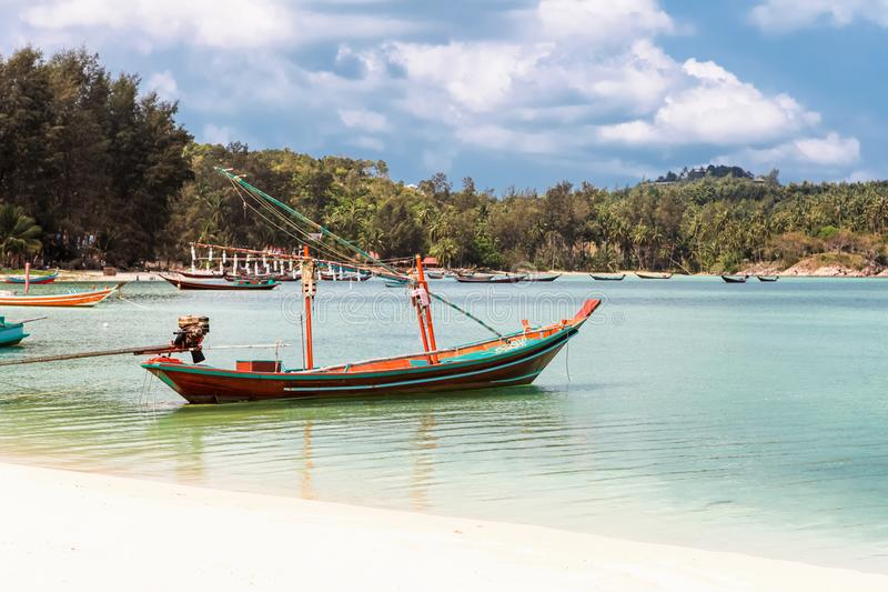 Rybak łódź parkująca przy paska Nai niecki Yai plażą, plażą w Chaloklum, raju, Malibu lub butelki, Koh Phangan, Tajlandia obraz stock