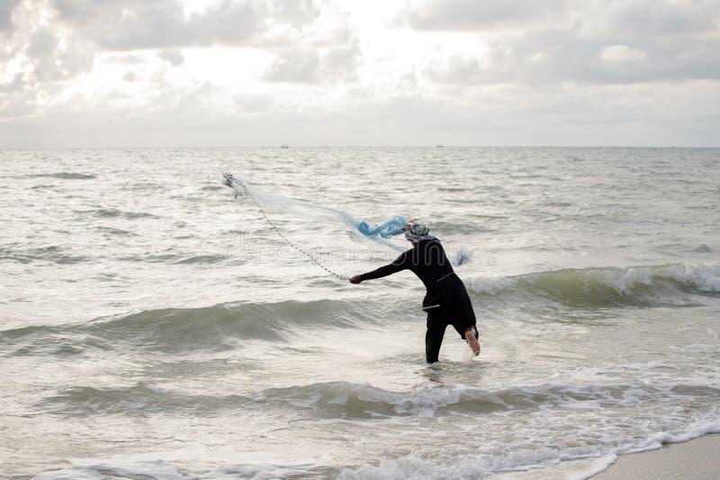 Rybak ciska sieć morze obraz royalty free