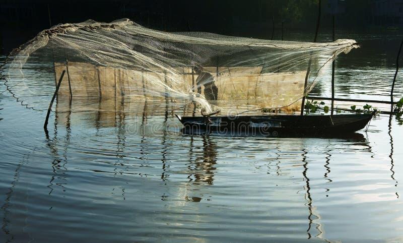 Rybak ciska sieć na rzece obrazy stock