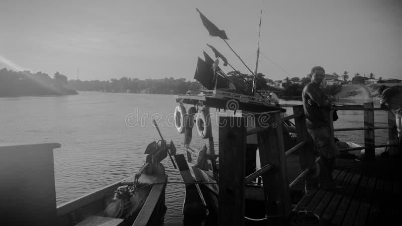 Rybak i jego łódź przy portem obrazy royalty free