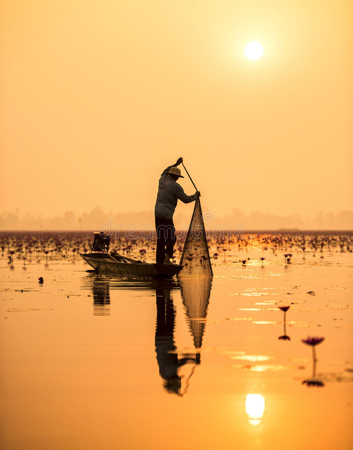Rybak jezioro w akci zdjęcia stock