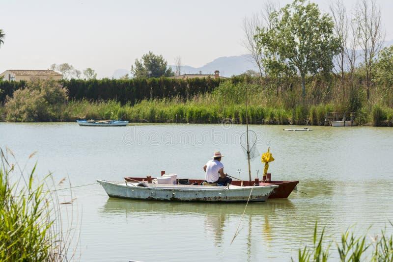 Rybak na łodzi Świeżej wody laguna w Estany de Cullera spain Valencia fotografia royalty free