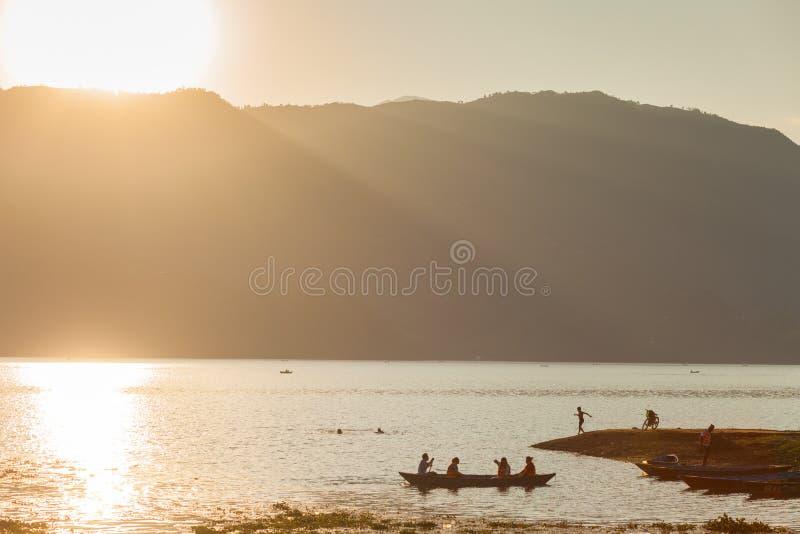 Rybak na Fewa jeziorze, Pokhara, Nepal zdjęcie stock