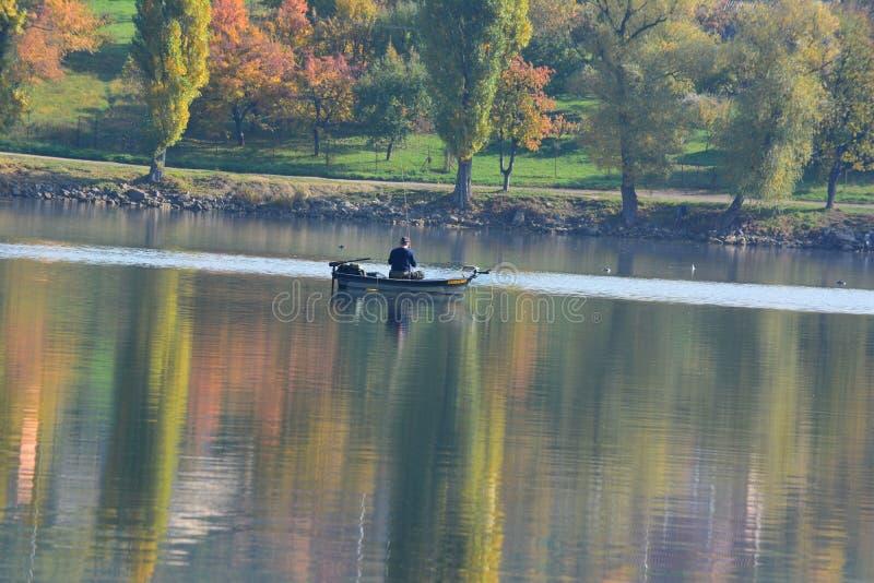 Rybak na jeziorze obrazy royalty free