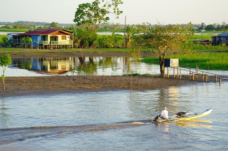 Rybak na rowboat na amazonki rzece zdjęcie royalty free