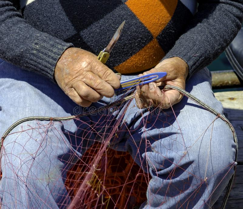Rybak naprawia sieć rybacką fotografia royalty free
