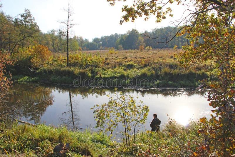 Rybak pozycja na brzeg rzekim i próbować łapać ryby Męski hobby odtwarzanie zdjęcia stock