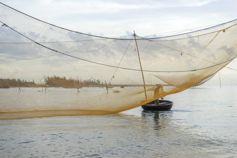 Rybak przy Cua Dai plażą obrazy royalty free