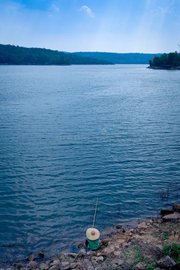 Rybak przy jeziorem fotografia stock