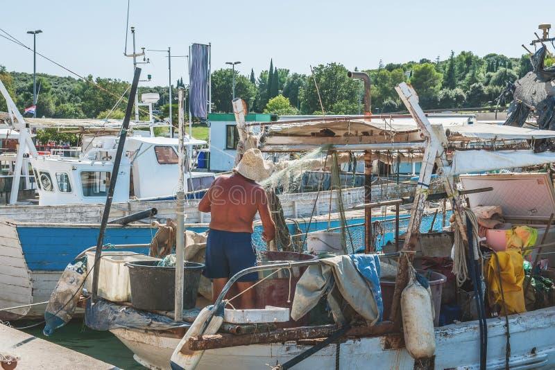 Rybak przygotowywa starą łódź rybacką iść morze Kontyngent dla łapać ryba 3d biznesu biel odosobniony mały obraz royalty free