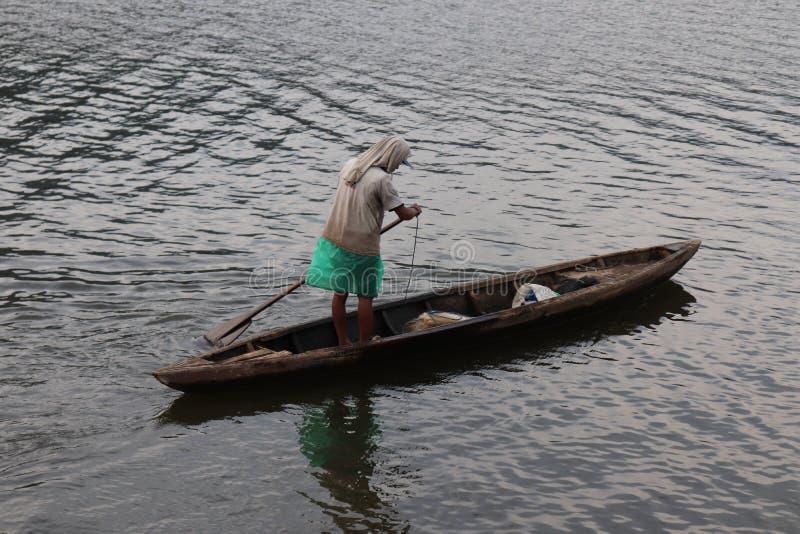rybak słodkowodny jezioro, małe drewniane łodzie obraz stock