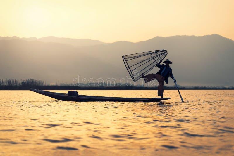 Rybak sylwetka przy zmierzchem, Inle jezioro, Myanmar, Birma zdjęcia stock