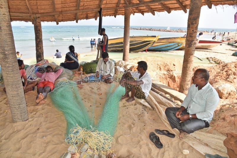 Rybak Szwalna sieć przy Rushikonda plażą w Vishakhpatnam obrazy stock
