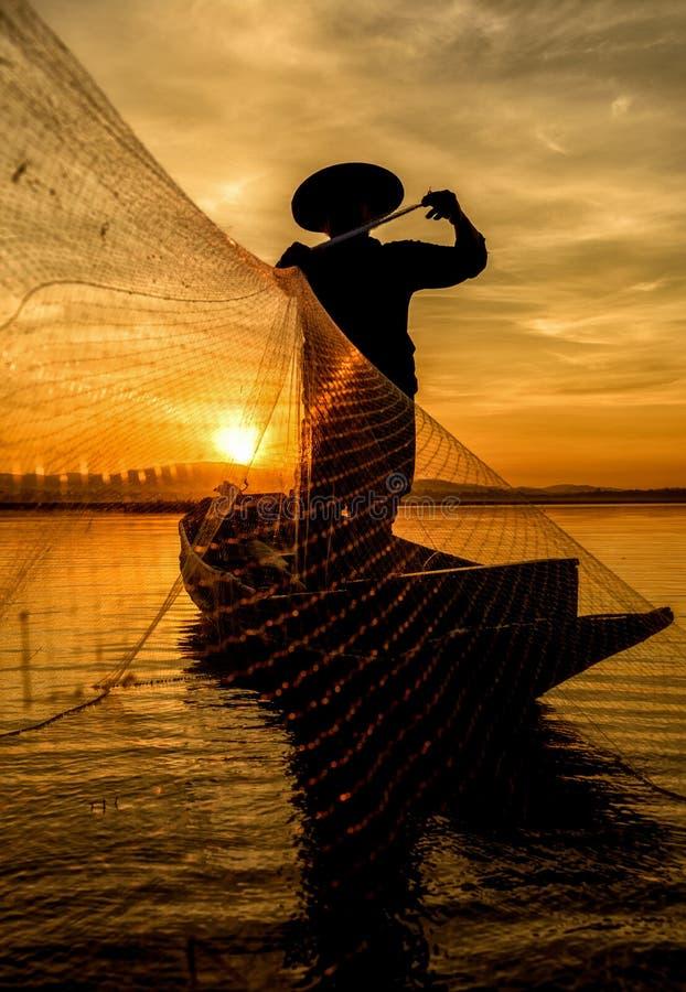 Rybak w akci gdy łowiący w jeziorze fotografia royalty free