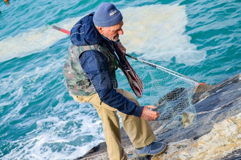 Rybak w Riomaggiore, Cinque Terre, los angeles Spezia, Włochy fotografia stock