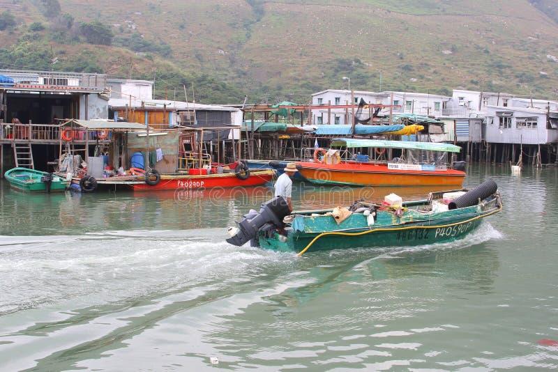 Rybak w wiosce rybackiej Tai O przy Lantau wyspą z domami na stilts fotografia stock