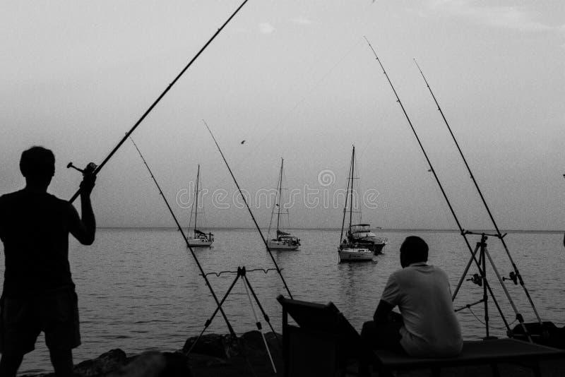 Rybaka łapania ryba na wybrzeżu Włochy zdjęcia stock