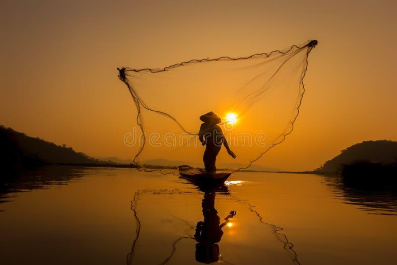 Rybaka chwyta ryba w ranku obraz stock