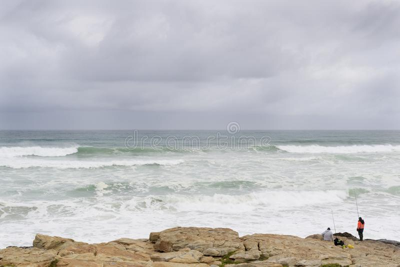 Rybaka połów w szorstkim widzii przy przylądkiem Dobra nadzieja zdjęcia royalty free