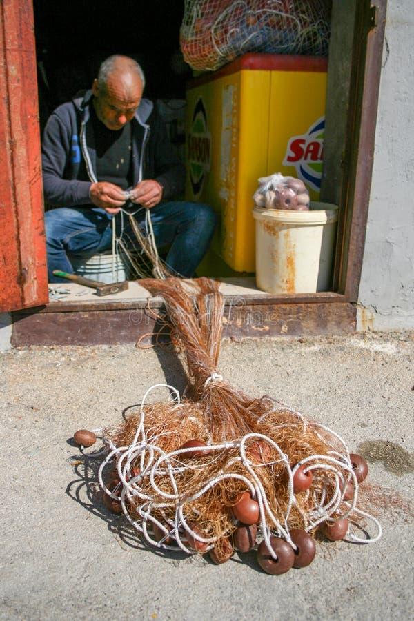 rybaka sieci rybackiej naprawianie obraz royalty free