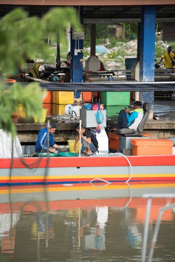 Rybaka sprzedawania ryba przy molem zdjęcie stock