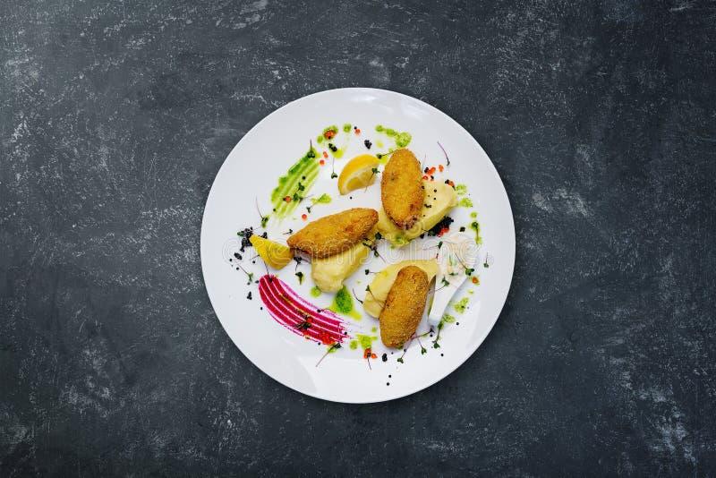 Rybi cutlets faszerowali z przepiórek jajkami z puree ziemniaczane obrazy royalty free