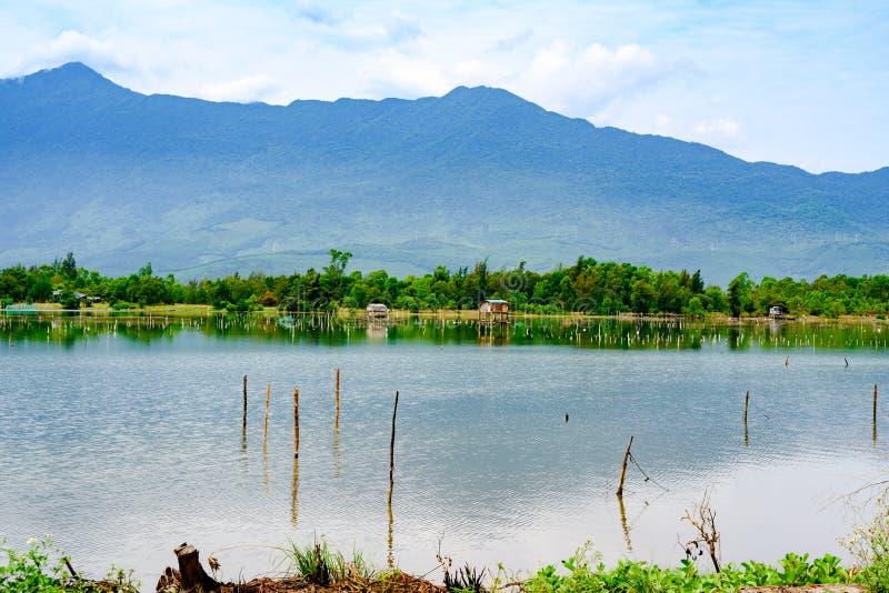 Rybi gospodarstwa rolne dalej Owijają lagunę między da nang i odcienia miastem, Wietnam obraz royalty free